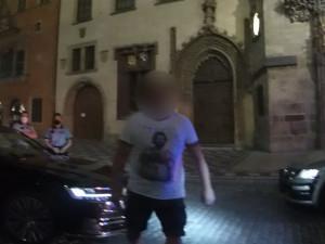 Opilý muž zaparkoval na Staromáku a vyzýval policisty k zápasu. Skončil v poutech