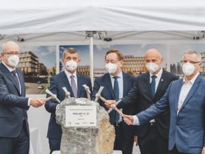 Premiér Babiš a ministr Arenberger poklepali na základní kámen dostavby nových pavilonů v IKEM
