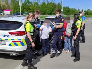 Strážníci pomohli seniorce, které se udělalo na ulici nevolno