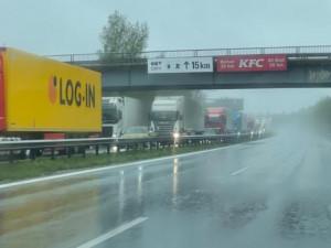Na dálnici mezi Berounem a Prahou kolabuje doprava. Kolony zdrží řidiče přes hodinu