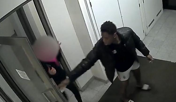 Žena strávila několik hodin v bytě s mužem, který ji měl znásilnit. Pátrá po něm policie