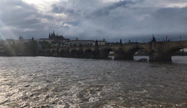 Vltava dnes dosáhla prvního povodňového stupně. Provoz přívozů je přerušen