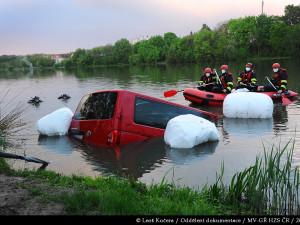 Pražští hasiči vytáhli z vody další auto. V Kyjském rybníku se potopila dodávka