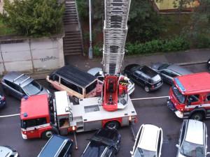 Při ranním požáru v Hostivaři hasiči zachránili 11 lidí. Jeden člověk skončil v péči záchranářů