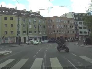 Motorkář ujížděl policii na kradené motorce. Byl na pervitinu a měl zákaz řízení