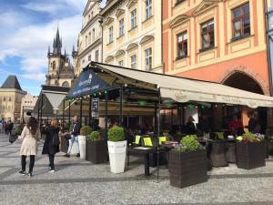 Podniky v Praze otevřely zahrádky. Fronty se netvořily a návaly se nekonaly