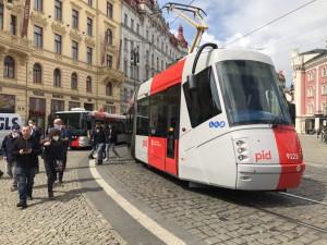 Pražský dopravní podnik dnes představil tramvaj v nových barvách