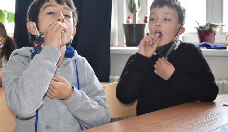 Školáci z Prahy 6 se od včerejška testují PCR testy ze slin