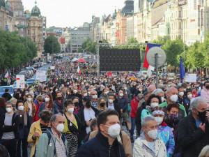 Na Václavském náměstí protestovalo pět tisíc lidí za odstoupení Benešové