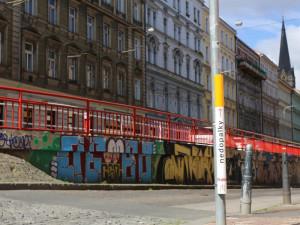 V Praze jsou nové popelníky se vzhledem obří cigarety. Radnici jde o čistší ulice