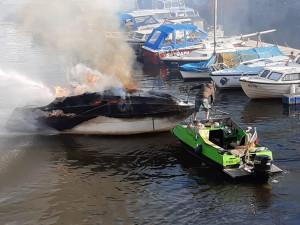 Na Vltavě hořela loď, která se potopila. Škoda je 700 tisíc korun