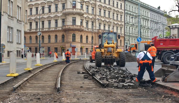 Oprava kolejí u hlavního nádraží je v plném proudu. Podívejte se, jak to u hlaváku nyní vypadá