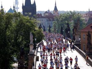 Týmy běžců se utkají v maratonu. Startovat se bude na Karlově mostě