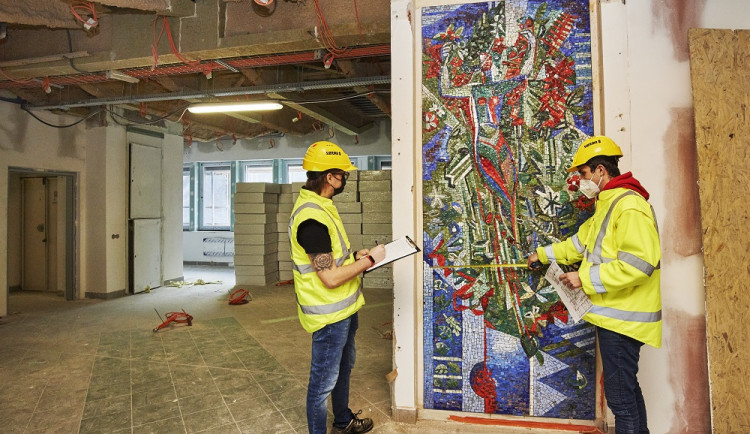 Při rekonstrukci polikliniky v Praze 10 se našla historická mozaika