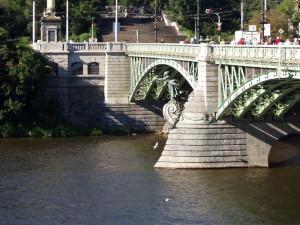 Muže, který skočil do Vltavy z Čechova mostu, vytáhli mrtvého
