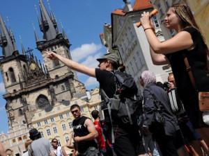 V Praze jako doma. Hlavní město láká turisty, rozdává vstupenky a spouští novou tramvaj