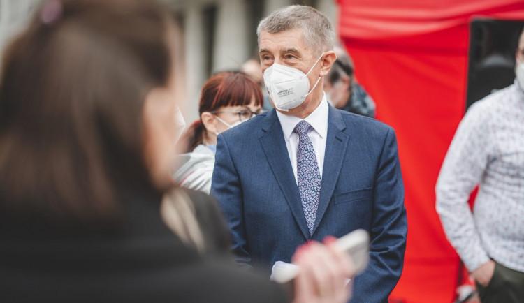Premiér včera ustál hlasování o nedůvěře. Babiš i část opozice si můžou oddechnout, píšou české deníky