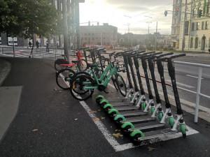 Sdílená kola a koloběžky smí stát pouze na určených místech. Zatím však jen v Praze 3