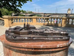 Na Pražský hrad si je možné i sáhnout. Na Slovanském ostrově vyrostl jeho hmatový model