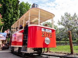 Po dvouleté pauze vyjela v sobotu v pražské zoo opravená dětská tramvaj