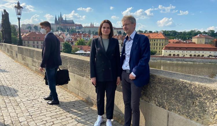 Představitelka běloruské opozice Cichanouská je v Praze. Do Běloruska se zatím vrátit nechce, hrozí jí vězení