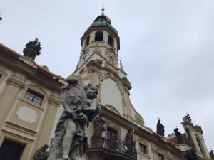 Odborníci zkoumají stav nástěnných fresek z krypty v pražské Loretě