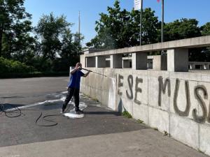 Na památník na Vítkově někdo nasprejoval xenofobní nápis. Pachateli hrozí rok vězení