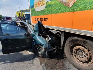 V Praze se stala smrtelná nehoda. Řidič auta zemřel po srážce s kamionem