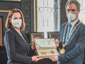 Symbolický klíč od Prahy přijala od primátora Hřiba vůdkyně běloruské opozice Cichanouská
