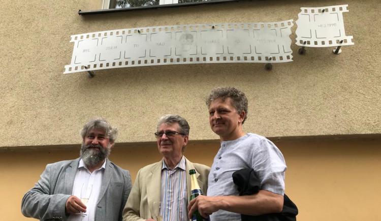 Tomáši Holému byla dnes v Praze odhalena pamětní deska. Byl jsem tu rád, stojí na ní