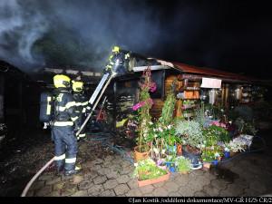 V Praze 10 v noci hořelo zahradní centrum. U požáru zasahovalo několik jednotek hasičů