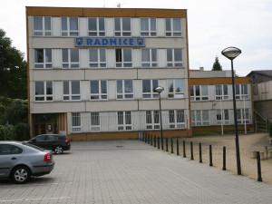 Stará radnice v Praze 12 bude přestavěna na multifunkční sál a byty