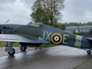 Historická stíhačka Hawker Hurricane, která pomohla zachránit Británii před Hitlerem, přiletěla do pražského muzea