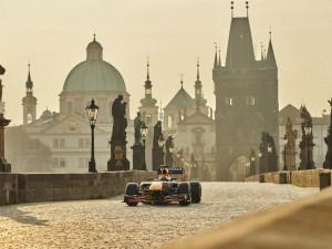 Red Bull zveřejnil reklamu s formulí na Karlově mostě. Podívejte se, jak vypadá