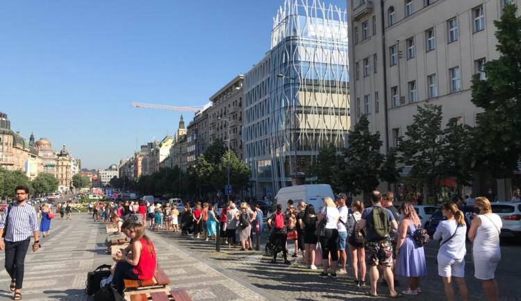 Primark na Václavském náměstí dnes otevírá. Před novým obchodem stále stojí stovky lidí