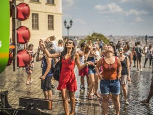 V Praze platí zákaz rozdělávání ohně. Kropicí vozy osvěžují lidi v ulicích