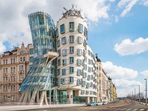 Tančící dům slaví 25 let od svého otevření. Je jednou z mála odvážných moderních staveb v Praze