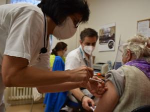 Domácí očkování nabízí seniorům a hendikepovaným Praha 6