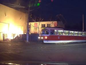 Před velkým požárem v Praze se u haly pohyboval muž. Pátrá po něm policie