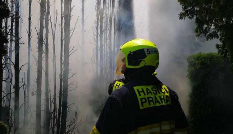 Praha 10 finančně podpoří policisty a hasiče. Daruje jim milion korun