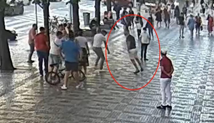 Agresor zaútočil na muže na Václaváku kopancem do hlavy a bil ho pěstmi. Hrozí mu vězení