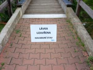 Lávka přes rybník Nadýmač je z důvodu havarijního stavu uzavřena