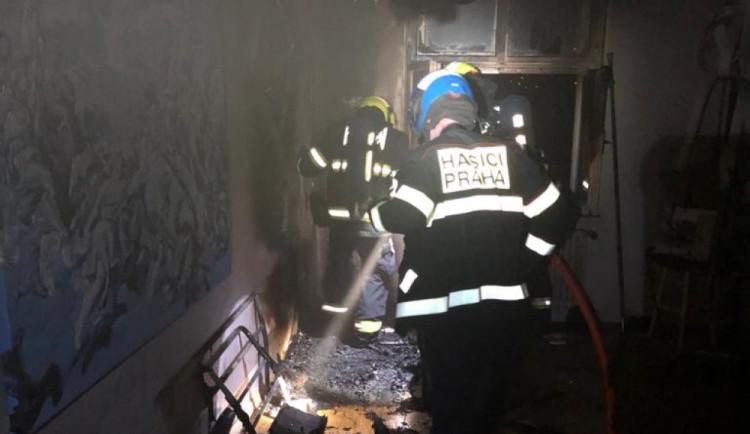 Příčinou nočního požáru v Praze byla nedbalost. Hasiči zachránili jednoho člověka