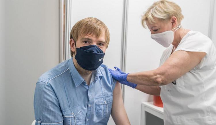 Vláda zpřísnila pravidla bezinfekčnosti. Už nebude stačit jedna dávka očkování