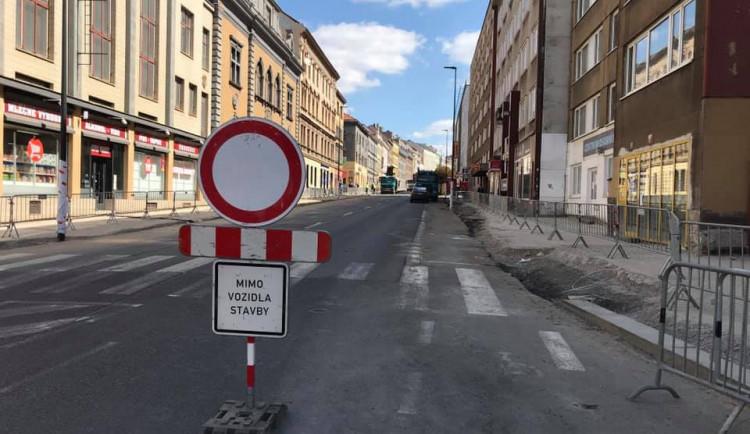 Koněvova ulice na Žižkově se po úplné uzavírce dnes částečně otevřela
