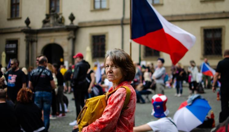 Demonstrace stovek odpůrců protikoronavirových opatření omezila provoz v Praze