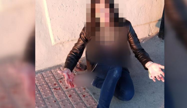 Zakrvácená matka seděla na chodníku a nadýchala téměř tři promile. Její děti vedle ní plakaly