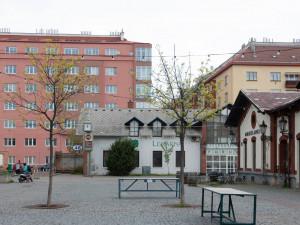 V Pražské tržnici zmizí dva chátrající domy z 90. let. Nacházejí se u severního vstupu