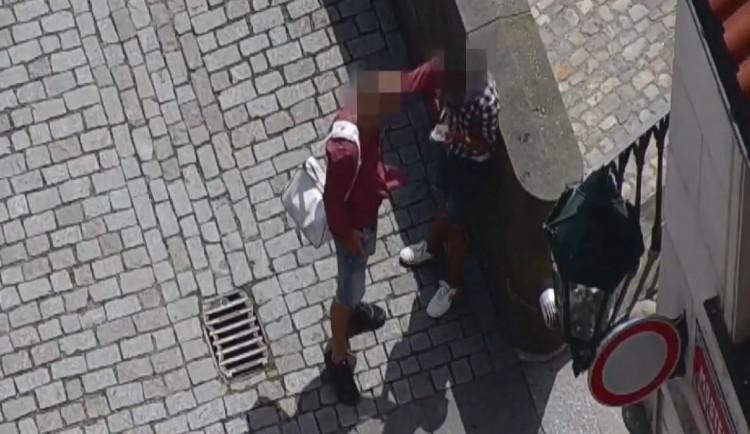 Opilý muž zaútočil na bývalou partnerku na Karlově mostě. Kopal ji do hlavy a bil ji lahví