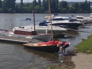 V Praze na Vltavě se převrátila plachetnice. Žena s malým dítětem skončili v nemocnici